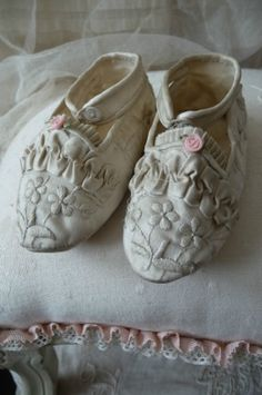Antique French Silk Doll Shoes for Jumeau Tiny Dolls, Old Dolls, Antique Dolls, Vintage Dolls, Fairy Shoes, Old Shoes, Doll Costume, Antique Clothing, Metal Buckles
