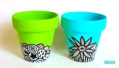 Macetas B&W by Manjula Nro 10 - Macetas - Casa - 613665 Flower Pot Art, Flower Pot Crafts, Clay Pot Crafts, Painted Plant Pots, Painted Flower Pots, Terracotta Paint, Terracotta Pots, Diy Porch, Posca