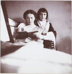 Tsarskoe Selo, inverno 1912-1913, Palácio de Alexandre, quartos das crianças: Grã-duquesa Olga lendo para sua irmã Grã-duquesa Anastasia.