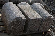 Скамейка С030 в зависимости от заказанной Вами длины может быть либо на 2 бетонных опорах, либо на большем количестве опор (промежуточный элемент на фото - центральный). Количество необходимых элементов будем определять так - через каждые 1,5м примерно.