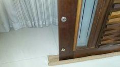 Barra vento para porta Pivotante confeccionado em tecido 100% algodão. Impede que a porta bata com o vento e evita a entrada de insetos.