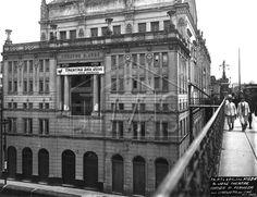 1920 - Teatro São José localizado onde atualmente temos o edifício Alexandre Mackenzie (atual Shopping Lighjt). O teatro foi demolido por volta de 1923. A direita o Viaduto do Chá. Foto do acerto do IMS - Instituto Moreira Sales.