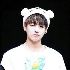 Là em út trong nhóm nênJungkookđảm nhậnphong cách dễ thương, khác với những thành viên còn lại.