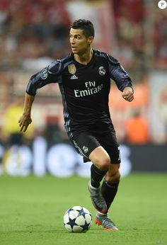 Cristiano Ronaldo lors du quart de finale aller de Ligue des Champions entre le Bayern Munich et le Real Madrid à l'Allianz Arena de Munich le 12 avril 2017. Ronaldo Cristiano Cr7, Portugal National Football Team, 12 Avril, Avril 2017, I Hate People, Soccer Stars, Juventus Fc, Team 7, Ghostbusters