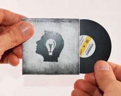 Une carte de visite en forme de vinyle