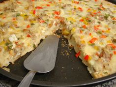 Pizza Preguiçosa  - 1 1/2 xíc. de leite  - 2 ovos  - 1/2 xíc. de óleo  - 2 c. sopa de queijo ralado  - 1 c. chá de sal  - 1 c. sopa de orégano  - 10 g. de fermento biológico seco (1 envelopinho)  - 2 1/2 xíc. de farinha de trigo  Bater no liquidificador os ingredientes molhados e depois os secos. Despejar a mistura em fôrma de pizza untada com óleo. Colocar a cobertura que quiser e assar por uns 45 minutos ou até a massa assar.