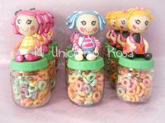Minilalaloopsy en frascos de compota, rellenos de Froot Loops, que fueron la sensación entre las niñas y las mamás tambien!! Jejeje!! Yo tambien me quedé con algunas para mis enanas... es que estas muñecas son adorables!! #Lalaloopsy #minilalaloopsy #recuerdo #cumpleaños #Iloveit #personaje #personalizado #PuertoCabello #talentovenezolano #reciclaje #dulces #miniatura #porcelanafria #porcelanicron #handmade #hechoamano #vitrinahechoenvenezuela #hechoconamor #MiUnicornioRosa