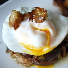 Mushrooms and Artichokes' Timbal with Poached egg and Piquillos' Sauce - Spanish Recipes by Núria Egg Recipes, Great Recipes, Snack Recipes, Favorite Recipes, Tapas, Guisado, Healthy Food Alternatives, Delicious Desserts, Yummy Food