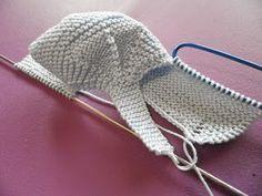 SANDALIAS-ZAPATITO para tu bebé, UNA ALTERNATIVA para los días de calor , con agujas del 2 y un fresco algodón azul,nos ponemos manos a l... Baby Booties Knitting Pattern, Crochet Shoes Pattern, Knitted Booties, Crochet Baby Shoes, Crochet Slippers, Crochet Blanket Patterns, Baby Knitting Patterns, Baby Patterns, Crochet Clothes