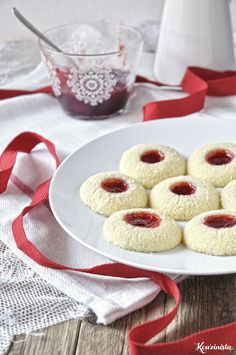 Butter cake with coconut and jam / Strawberry coconut thumbprint cookies Biscuits, Easy Sweets, Buttery Cookies, Thumbprint Cookies, Biscuit Cookies, Christmas Sweets, Pavlova, Dessert Recipes, Desserts