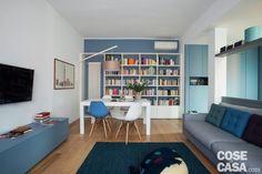zona pranzo, tavolo bianco, lampada da terra, parete azzurra, sedie anni '50, divano, mobile basso, zona tv