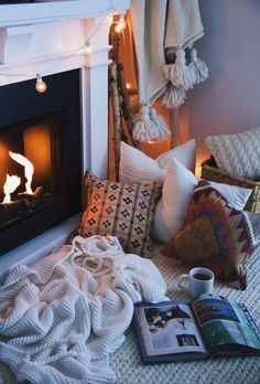 If there is one good thing about winter, it's those cozy nights in, snuggled in your favourite spot. Adopting the hygge mentality is easy. Here's how to make your home more cozy in winter! Cozy Fireplace, Simple Fireplace, Fireplace Design, Piece A Vivre, Home And Deco, My New Room, Cozy House, Cozy Cottage, Warm And Cozy