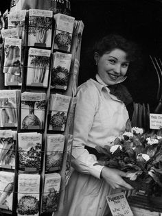 La fleuriste, 1953. Robert Doisneau. Robert Doisneau, Urban Photography, Vintage Photography, Street Photography, Minimalist Photography, Grunge Photography, Color Photography, Newborn Photography, Photography Poses