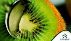 Kiwi to owoc, który jest prawdziwą bombą witaminową! Kiwi ma wiele zdrowotnych właściwości, można wśród nich wymienić: przeciwdziałanie miażdżycy, pomoc w walce z cukrzycą, ochrona przed nowotworami, wspomaganie układu krążenia, wspomaganie odchudzania oraz regulacja procesów trawienia. Warto sięgać po ten owoc każdego dnia!