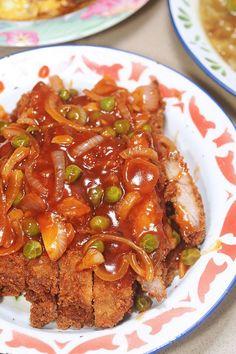 海南炸猪排 Hainanese Deep Fried Pork Chops is another dish that sends me right back to my childhood. My mum prepared a version of this fairly frequently when I was young, because my sister and I, as chi… Chicken Chop Recipe, Pork Chop Recipes, Meat Recipes, Asian Recipes, Chinese Recipes, Yummy Recipes, Baking Recipes, Yummy Food, Deep Fried Pork Chops