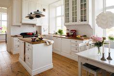 Weiße Küche im Landhausstil einrichten