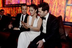 Pin for Later: 50 Pictures From the 2015 Golden Globes That You Need to See Selena Gomez showed Justin Theroux and Paul Rudd something interesting on her phone during the InStyle event. Selena Selena, Selena Gomez, Justin Selena, Justin Theroux, Justin Bieber, Ant Man Actor, Ant Man Poster, Globe Picture, Golden Globes After Party