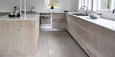 NESTEN FURUKJØKKEN: Dette kjøkkenet er utført i heltre douglasgran som gir et robust, moderne og også stuevennlig uttrykk. Kjøkkenet er produsert av Douglasgolv.se. © Foto: Produsenten