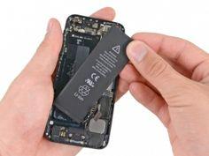 Schritt 5 - Falls erforderlich, verwenden Sie die durchsichtige Lasche aus Kunststoff, um den Akku von der anhaftenden Sicherung des iPhone abzuziehen.     Entfernen Sie den Akku.