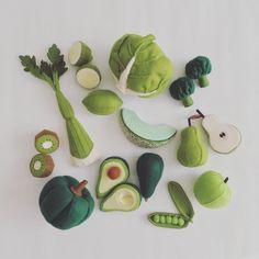 Felt Food by Tomomi Maeda : Vegetables, Fruits feutrine Easy Felt Crafts, Felt Diy, Fun Crafts, Sewing For Kids, Diy For Kids, Crafts For Kids, Felt Fruit, Sewing Projects, Craft Projects
