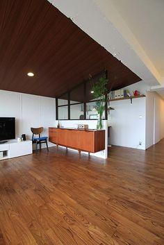 築43年のマンションをモダンに進化させた、スマート・リノベーションミッドセンチュリーテイストのただようこちらのお住まいは、築43年のヴィンテージ・マンション。素…