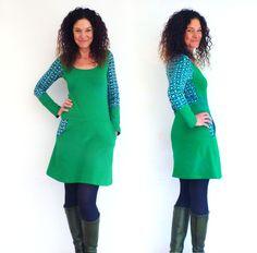 Knielange Kleider - Kleid mit Taschen, grün mit Blumen in blau - ein…