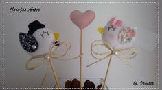 Casal Topo de Bolo passarinhos Noivinhos  Contem 2 passarinhos e 1 coração  Pode ser confeccionado nas cores que quiser .  Tamanho dos passadinhos 8cm de largura e 6,5 cm de altura (tamanho sem palito) .    Confeccionado em feltro.      Corujas Artes