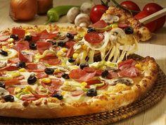 Evde pizza tarifi yapımına hamuru hazırlamakla başlıyoruz. Bunun için öncelikle mayayı suyun içinde eritiyoruz.