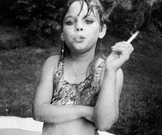 Photography by Mary Ellen Mark Mary Ellen Mark, Lewis Carroll, Girl Photography, Street Photography, Smoke Photography, Vintage Photography, Little Girl Smoking, Album Instagram, Cigarette Girl