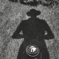 """Descoberta por acidente, a obra da norte-americana Vivian Maier tornou-se um dos maiores tesouros fotográficos do século 20. As 100 mil fotos que a babá fez anonimamente só foram valorizadas após sua morte, em 2009, e viraram tema de filmes e livros, como """"Vivian Maier: Uma Fotógrafa de Rua"""", que sai no Brasil."""