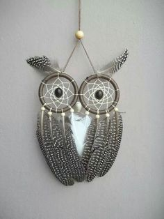 Here's a cute owl-inspired dream catcher with the use of two loops, beads and different feather Owl Crafts, Diy And Crafts, Arts And Crafts, Los Dreamcatchers, Owl Dream Catcher, Dream Catchers, Creation Deco, Ideias Diy, String Art