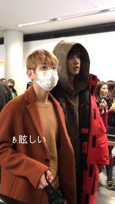 [#PIC] [10.02.17] [#CHANBAEK] [1]  Chanbaek juntos no aeroporto de Hong Kong. Eles estão na China para cumprir sua agenda com o The EXO'rDIUM. <3  [~Moonanie] [Cr.: Nas fotos]