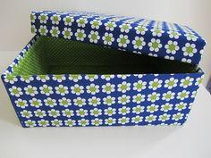 Een nieuwe doos,   met bloemekes,   want ik ben volop bezig   mijn eigenste naaihoekje   in de splinternieuwe living in te richten.    ...