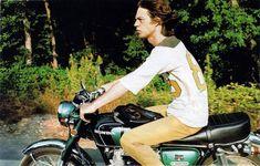 颯爽とHONDA CB350を乗りこなすこちらの男性‥。ノーヘルは駄目ですよ。 silodrome.com イギリスのロックバンド、ローリング・ストーンズのボーカル、ミック・ジャガーです! ちょいとしかめっ面な感じがクールですね! 乗りこなしているバイクは、HONDAのCB350。HONDAは日本の宝だぜ! HONDA CB350 kickstart.bikeexif.com ちなみにこちらの女性、誰だかわかりますか? 2011年のCHANEL クルーズコレクションにて、颯爽とバイクで現れた女性。 40.media.tumblr.com こちら、ミック・ジャガーの三女、モデルのジョージア・メイ・ジャガーです!! monicacph.files.wordpress.com すき歯が特徴的。美しいですね。 www.inspirefirst.com 19歳の頃のお父さん。似てる??