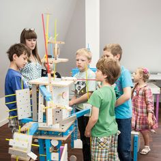 Warsztaty dla dzieci z meblami SMART by VOX.  W niedalekiej przyszłości, ludzkość jest w posiadaniu budulca, z którego można tworzyć zupełnie nowe światy oraz ich mieszkańców. Nam zostało przydzielone niezwykle ważne zadanie testowania wynalazku. Czy sprawdzi się w naszych dłoniach?    Zobacz jak uczestnicy warsztatów tworzą dużych rozmiarów mieszkańca wyspy, który stanie się eksponatem na Festiwalu Designu i Kreatywności dla Dzieci (25 i 26 maja w Concordia Design w Poznaniu).