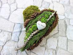 Dieses Herz ist ein besonderes Gesteck für Totensonntag oder Allerheiligen. Es wird als haltbarer Schmuck für den Winter auf dem Grab abgelegt. Auf einem Herz aus grünem Moos sind kleine... Creative Flower Arrangements, Funeral Flower Arrangements, Grave Flowers, Funeral Flowers, Tree Crafts, Diy And Crafts, Grave Decorations, Sympathy Flowers, Deco Floral