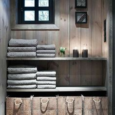 in changing room section of sauna building Cabin Homes, Log Homes, Deco Spa, Scandinavian Cabin, Cabin Bathrooms, Contemporary Home Furniture, Mountain Cottage, Sauna Room, Style Deco