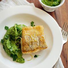 Eine feine Kombination, das leicht süßliche Püree zum Fisch. Die Zitronenzesten auf dem Foto werden …