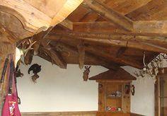 Soffitto con travi in legno antico recuperato.