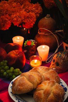 Elementos de una ofrenda. Calaveras de azúcar, pan de muerto y flores  de cempasúchil