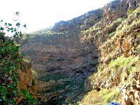 El Barranco de Erques, lugar sagrado y de enterramiento de antepasados Guanches a la altura del Camino Real del Sur y junto al puente de la carretera general. Tenerife. Islas Canarias