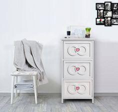 Cassettiera bianca in stile shabby chic. Tre cassetti con decorazione a forma di cuore. Ideale per la camera da letto.  #shabby #chic #shabbychic #furniture #comodino #cuori #hearts #bedroom #camera #arredo #mobili #mobiletto #arredamento #bianco #legno #wood #white #romantic