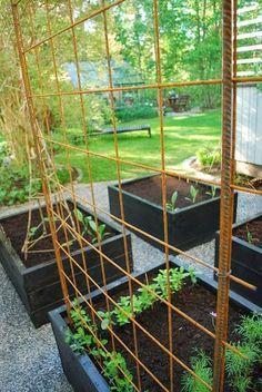 Var Dag i Mitt Liv: Armeringsnät Edible Garden, Easy Garden, Raised Garden Beds, Raised Beds, Vertikal Garden, Garden Bed Layout, Garden Planter Boxes, Herb Garden Design, Home Vegetable Garden