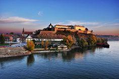 """Novi Sad está situada en el norte de Serbia, a orillas del río Danubio. Es la capital de la provincia autónoma de Voivodina y del distrito de Bačka del Sur. Novi Sad significa """"Nuevo Jardín"""" en serbio"""