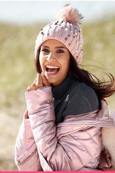 Rosa og glinsende vinterjakke Winter Hats, Winter Jackets, Beautiful, Fashion, Scale Model, Winter Coats, Moda, Winter Vest Outfits, Fashion Styles