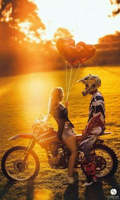 Pre wedding bride and groom Motorcycle Trial Couple in love 230 mx Sunset Ens . Couple Moto, Dirt Bike Couple, Motocross Couple, Motocross Girls, Motorcycle Couple, Dirt Bike Girl, Pit Bike, Dirt Bike Wedding, Motocross Wedding