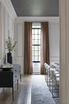 Grey wallpaper ceiling, black windows, styled buffet sideboard, white and brass dining chairs - Ali Budd Interiors Dining Room Curtains, Wall Paper Dining Room, Dining Room Wallpaper, Dining Room Windows, Dining Room Sideboard, White Dining Room Chairs, Linen Curtains, White Sideboard, Dining Room Inspiration