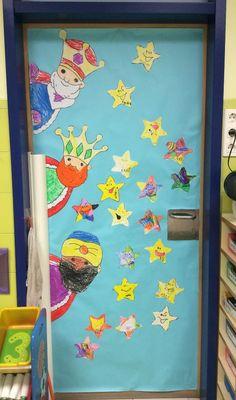 Como todos los años hemos decorado la puerta del baño del interior de clase con motivos navideños. En esta ocasión comenzamos forrando l...