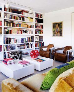 Estantería a medida, de suelo a techo, que se ha pintado igual que la pared. Así, sólo destacan las cubiertas de los libros, que reciben luz desde los focos orientables instalados en un riel.   Nuevo Estilo revista de decoración