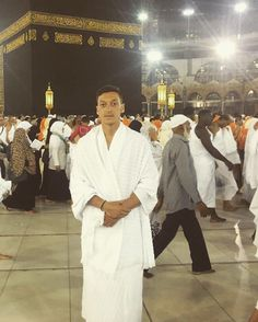 Arsenal and German national team star Mesut Özil is currently in the holy city of Makkah to perform Umrah before EURO 2016 kicks off early next month. Arsenal Fc, Chelsea Liverpool, Liverpool Fc, Ozil Mesut, Arsenal Wallpapers, Trending Celebrity News, Celebs Go Dating, Artists, Soccer Shoes